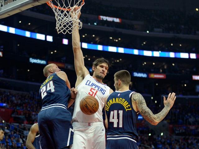 Boban Marjanovic von den Los Angeles Clippers (Mitte).