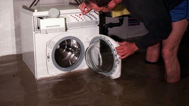 Waschmaschine in Keller mit Hochwasser.