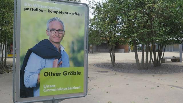 Wahlplakat von Oliver Gröble mit Bäumen und Platz im Hintergrund