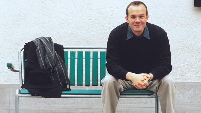 Thomas Binotto, Chefredaktor des Pfarrblatts «Forum» der Katholischen Kirche im Kanton Zürich, sitzend auf einer Bank.