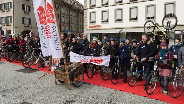 Anhänger der «Velo-Initiative» stehen mit Fahrräden nebeneinander.
