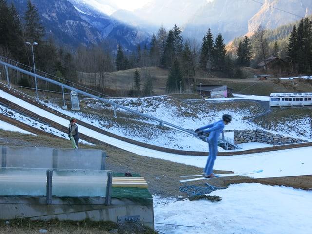 Skispringer beim Absprung auf der Schanze