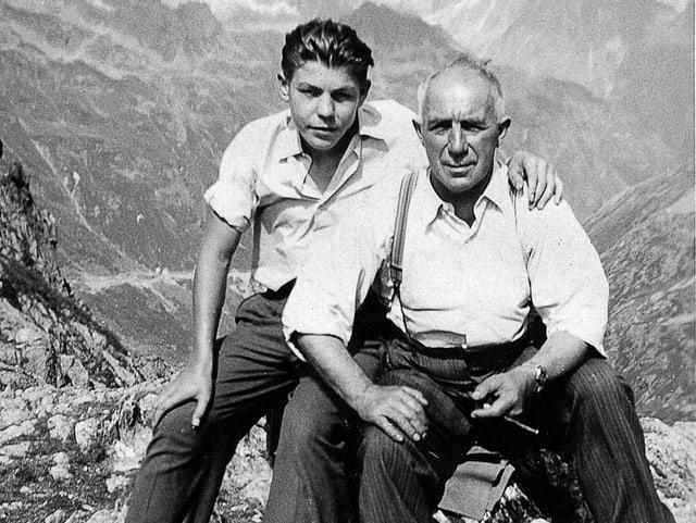 Willy und Karl Garaventa auf einem Stein in den Bergen