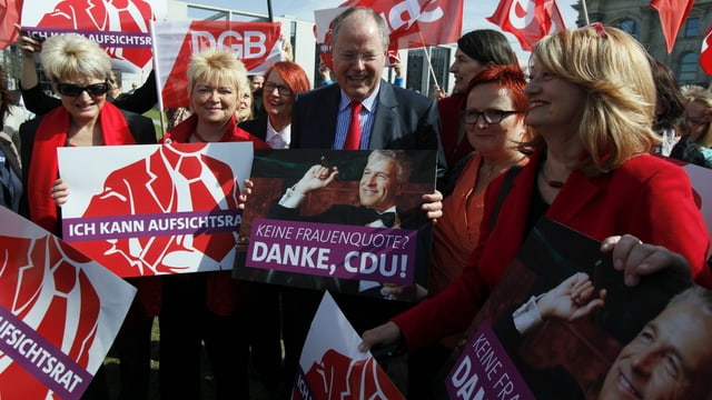 Deutscher Kanzlerkandidat Peer Steinbrück mit SPD-Frauen.