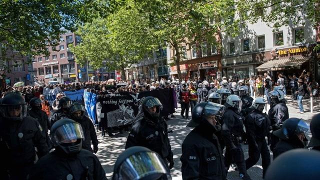 La polizia da Hambug durant las demonstraziun.
