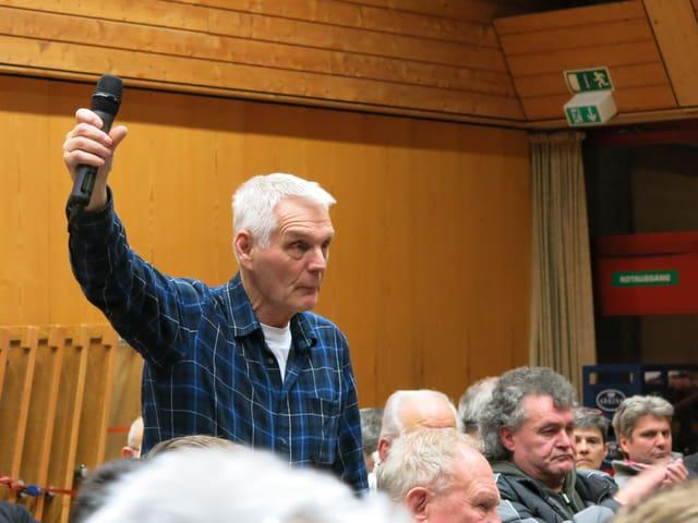 Älterer Mann spricht zum Publikum.