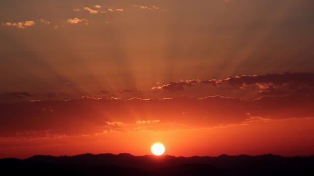 Ein feuerroter Sonnenaufgang.