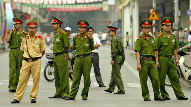 Eine Gruppe vietnamesischer Polizisten