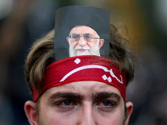 Hisbollah-Aktivist mit dem Abbild Chameneis.