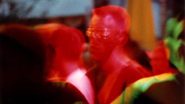 Ein Mann mit Sonnenbrille tanzt im Club.