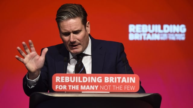 Brexit-Schattenminister Keir Starmer am Rednerpult.