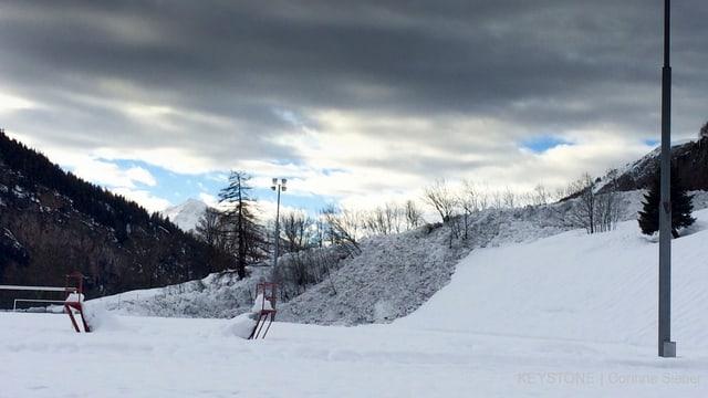 Schwarzer Schnee auf einem Feld.