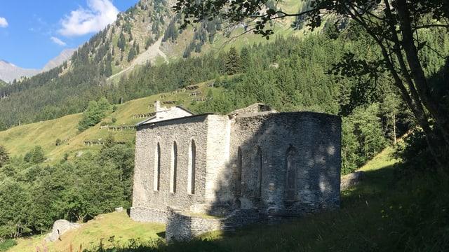 La ruina da la baselgia San Gaudenzio sur Casaccia.