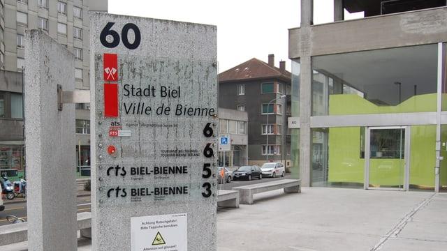 Tafel der CTS SA vor dem Bieler Kongresshaus-Hochhaus.