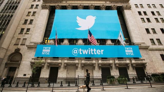 Twitter-Banner an der Fassade der Börse in New York.