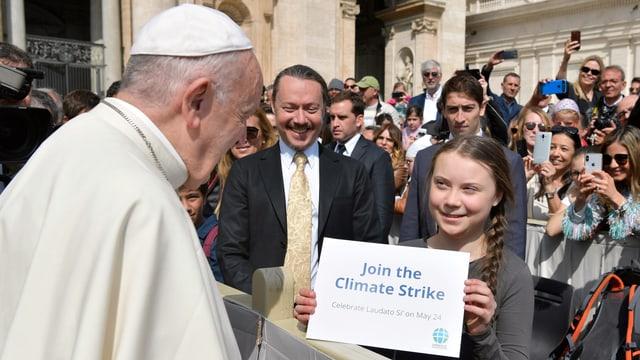 Papst Franziskus (links) trifft Greta Thunberg (rechts). Thunberg hält ein Schild mit der Aufschrift «Join the climate strike».