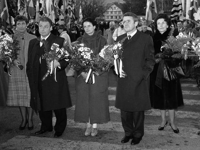 Arnold Koller mit Blumenstrauss in der Hand