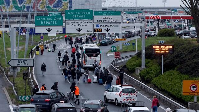 Pervi da l'evacuaziun datti collonnas avant l'eroport da Paris-Orly.