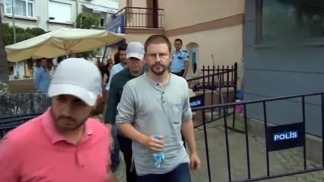 Der deutsche Menschenrechtler Peter Steudtner wird von der türkischen Polizei abgeführt.