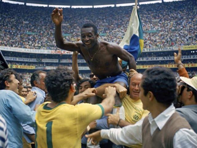 Pelé getragen von Fans und Mitspielern.