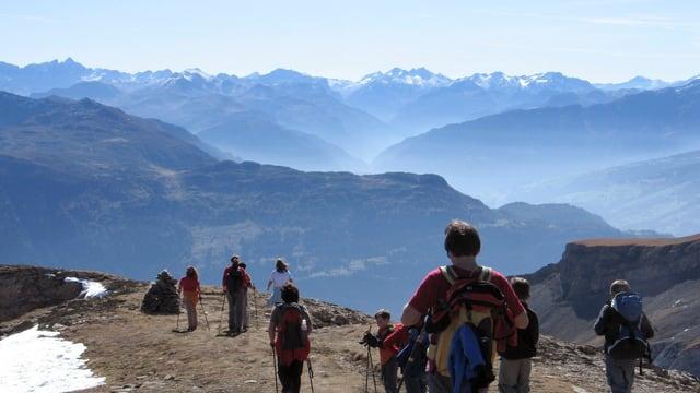 Wanderer auf einem Gratweg, super Aussicht auf die Bergwelt.