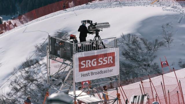 Ein Kameramann filmt ein Skirennen.