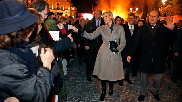 Fürstin Charlène und Fürst Albert begrüssen die Monegassen.