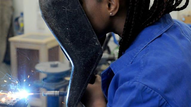 Frau beim Schweissen