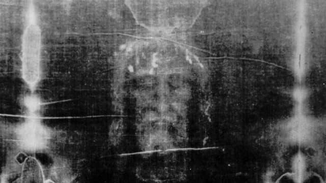 In einem Negativ aus dem Jahr 1979 sind die Gesichtszüge eines Mannes deutlich erkennbar.