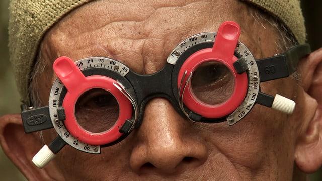 Mann mit Schärfemessbrille