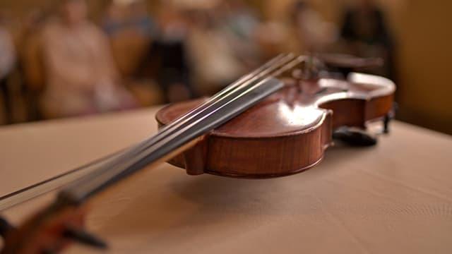 Eine Geige auf einem Tisch.