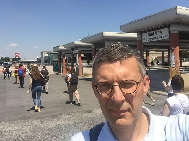 Franco Battel vor dem Bahnhof Anagnina