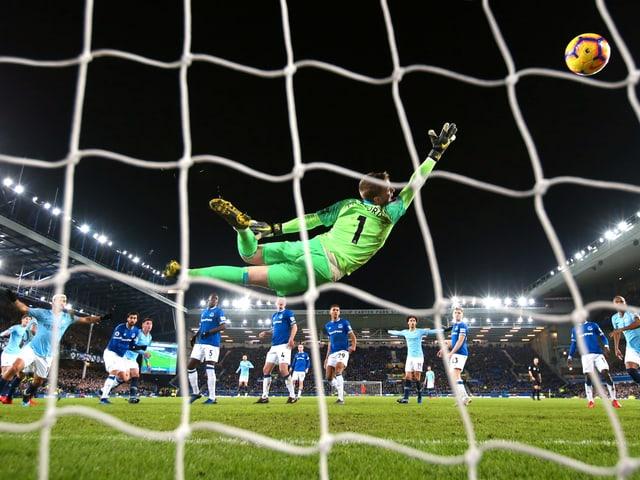Everton-Goalie Jordan Pickford kann gegen Aymeric Laportes Kopfball nichts ausrichten.