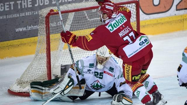 Sandro Moggi jubelt vor auf dem Eis liegenden Oltener Goalie