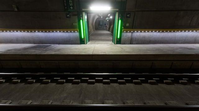 Ina sortida d'urgenza en in tunnel da viafier.
