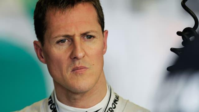 Portrait Michael Schumacher mit ernstem Blick.