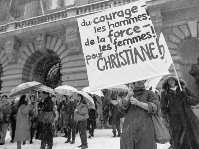 Frauen demonstrieren am 10. März 1993 vor dem Bundeshaus. (keystone)
