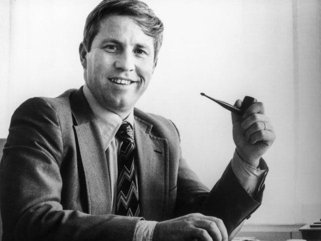 Christoph Blocher mit Pfeife auf einer Aufnahme von 1979.