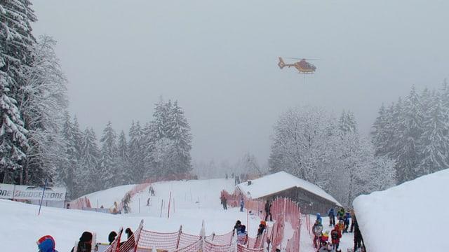 Ein Helikopter fliegt über der Strecke.