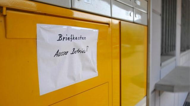 """Briefkasten mit Zettel """"Ausser Betrieb"""""""