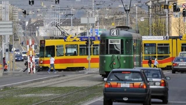 Ein grünes BVB-Tram und ein gelbes BLT-Tram am Voltaplatz.