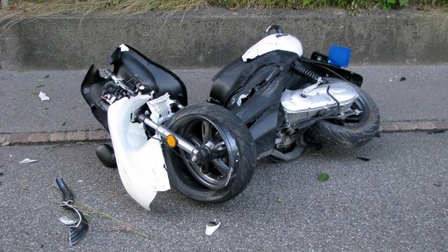 Ein kaputter Roller liegt umgekippt am Strassenrand