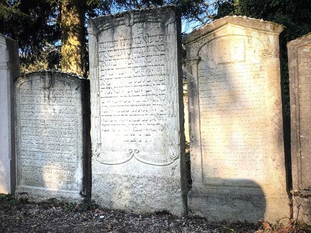 Gräber mit hebräischer Schrift.