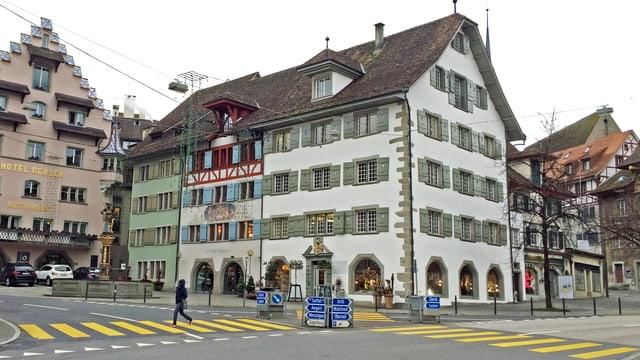 Historische Gebäude (Stadthaus Zug) an einem Platz mit Fussgängerstreifen.