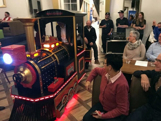 Eine kleine Lokomotive im alten Stil.