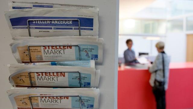 Stellen-Anzeiger in Zeitungshalter.