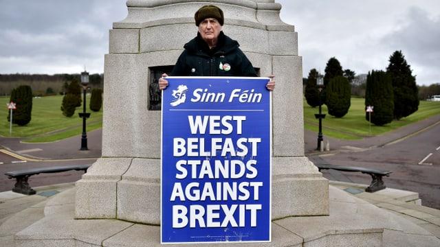 """Mann mit Schild """"West Belfast ist gegen den Brexit"""""""
