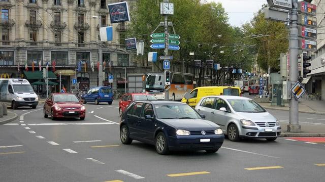 Verkehr auf dem Bahnhofplatz Luzern.