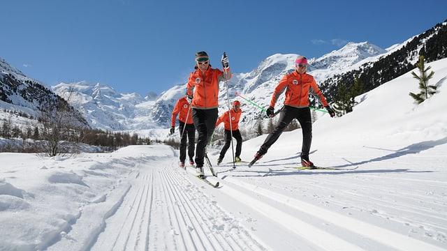 Ina gruppa da passlunghists a chaschun dal Ski Meeting Interbancario.