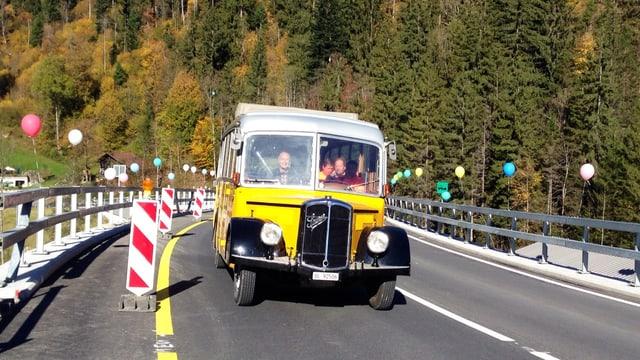 Ein altes Postauto fährt über die neue Laubeggbrücke.